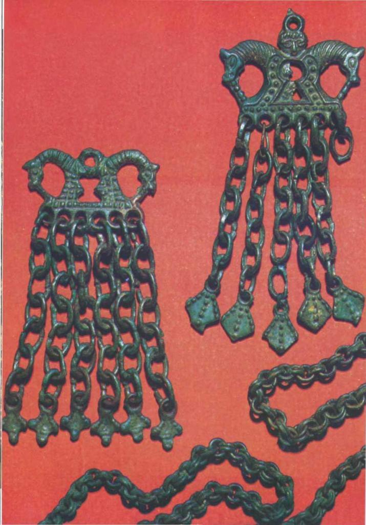 Финно-угорские бронзовые шумящие подвески (были прикреплены цепочками к скандинавским овальным фибулам) из кургана № 6 у д. Заозерье в южном Приладожье
