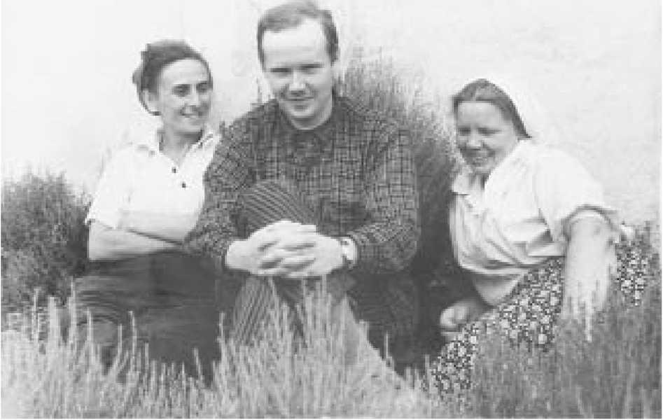 А.А. Формозов (в центре), М.Д. Гвоздовер (слева) и М.З. Паничкина (справа), 1953 г., экспедиция в Авдеево