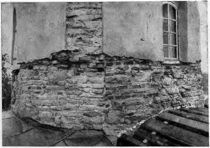 Рис. 5. Церковь Георгия в Старой Ладоге. Барабан с частично снятой штукатуркой. Вид с юго-запада. Фотография 1927 г. Архив ЛОИА