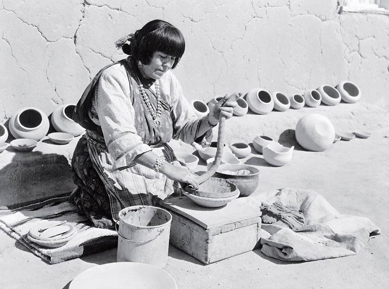 Рис. 11.9. Женщина индейского племени пуэбло изготавливает горшки методом составления колец