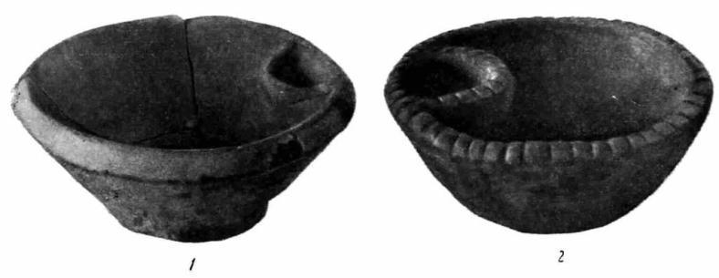 Рис. 6. Глиняные курильницы: 1 — из могильника у хут. Кубанского; 2 — из могильника у ст. Владимирской.