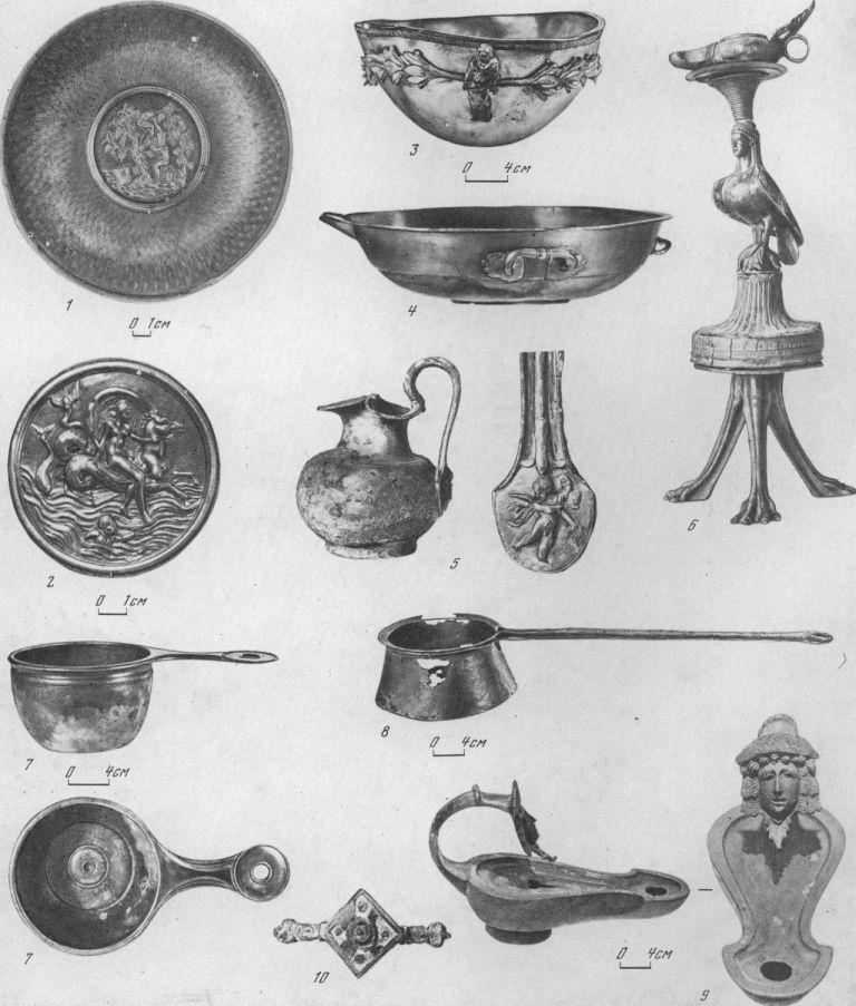 Таблица LXXII. Образцы импортных металлических изделий в Северном Причерноморье (I в. до н. э. — III в. н. э.) 1 — серебряная позолоченная чаша с рельефным медальоном — сцена сбора винограда (Италия), I в. до н. э.; 2 — серебряный медальон чаши — Нереида на гиппокампе (Италия) , I в. до н. э.; 3 — серебряная чаша с рельефными украшениями (Сирия), I в. до н. э.; 4 — серебряный таз, I в. до н. э.; 5 — бронзовая ойнохоя с фигурной ручкой, на щитке амур (Италия), II—III вв. н. э.; 6 — бронзовый канделябр с изображением Сирены (Италия), I в. н. э.; 7 — бронзовый ковш (Италия), I. в. н. э.; 8 — бронзовый черпак (Италия), III в. н. э.; 9 — бронзовый светильник, на ручке — трагическая маска, I—II вв. н. э.; 10 — серебряная фибула с инкрустированным щитком, II—III вв. н. э. 1, 2, 4 — Новочеркасск, Садовый курган; 3 — Верхнее Погромное, Волгоградская обл.; 5 — Восточная Грузия; 6 — Усть-Лабинская; 7, 8 — Старица, Астраханская обл.; 9 — Танаис; 10 — Ольвия. Составитель И. Б. Брашинский