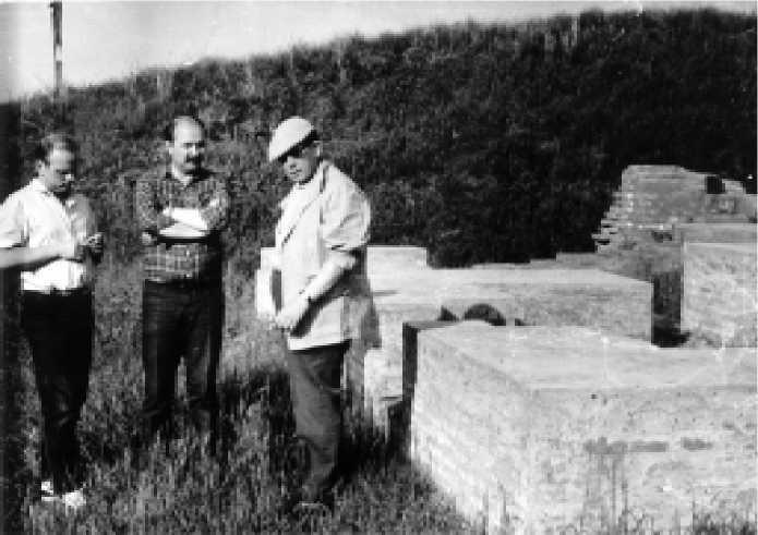 А.Халиков (справа) на Билярском городище. 1980-е годы.