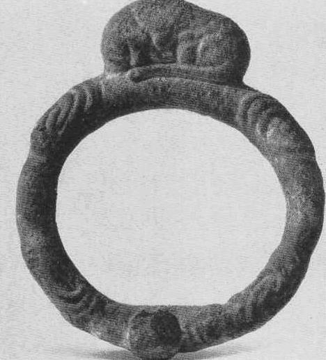 Бронзовая бляшка с выступом в виде лежащего зверя. Тагискен, курган №45.