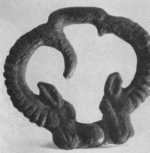 Бронзовая пряжка из пары бараньих головок. Уйгарак, курган №66.