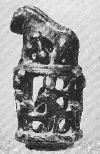 Бронзовое навершие с фигурой зверя, кормящего детёнышей. Хумсан.