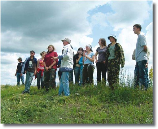 Ф.Ш. Хузин проводит экскурсию для студентов-практикантов КФУ на Билярском городище. 2009 г.