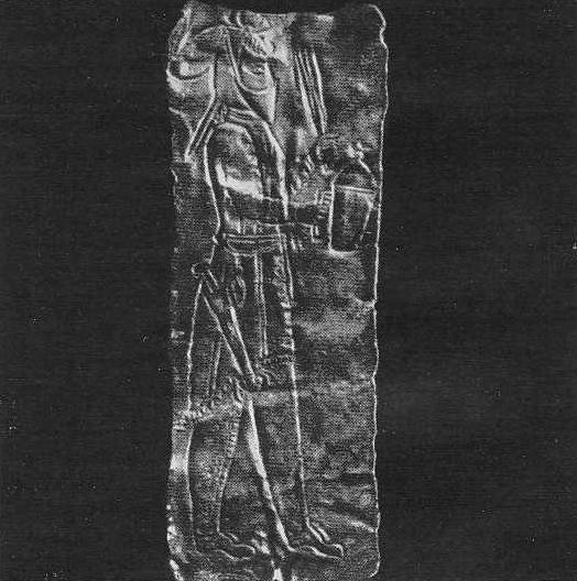 Вотивная пластинка с изображением мужчины в башлыке с закрытой нижней частью лица. Аму-Дарьинский клад