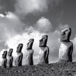 Каменные изваяния в Аху Нау Нау на северном побережье острова Пасхи в Тихом океане. У фигур на головах «хохолки» из красной вулканической породы