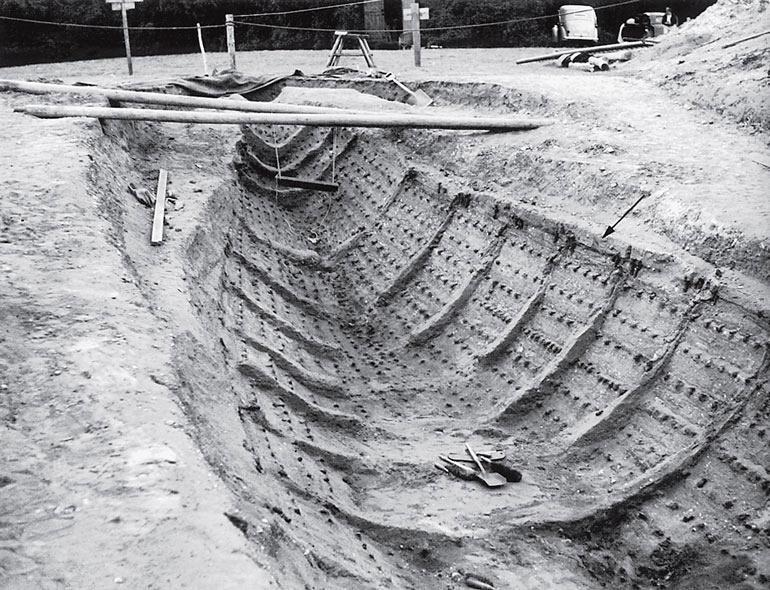 Рис. 5.1. Корабль в Саттон Ху, раскрытый по серым обесцвеченным пятнам на почве и фрагментам железных гвоздей (Британский музей)