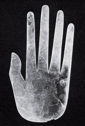 Рис. 3.3. Около 2000 лет назад ремесленник из племени хоупвелл вырезал из слюды эту руку человека. Ее нашли в Огайо в надгробном холме рядом с телом погребенного, который жил в 595 километрах от ближайшего месторождения слюды. Это пример диффузии религиозных верований. Возможно, эта рука имела шаманистические ассоциации, характерные для племени хоупвелл