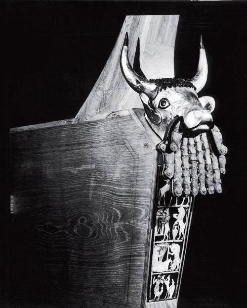 Рис. 4.1. Деревянная арфа из царского могильника в Уре, восстановленная Леонардом Вулли