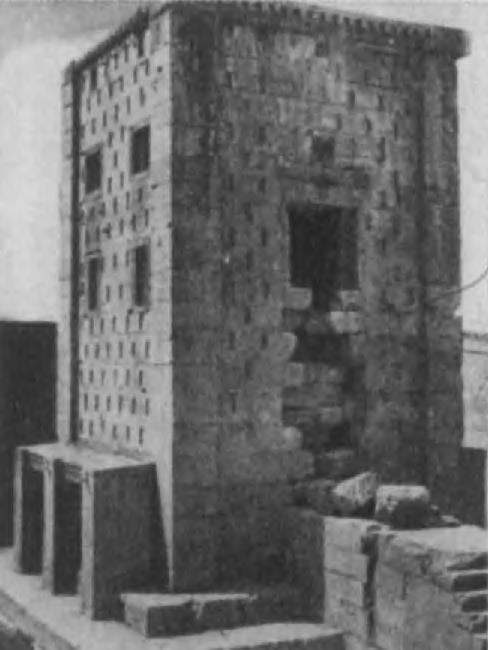 33. Ка ба Зороастра в Накш-и Рустаме. Нет никаких доказательств, что это сооружение, находящееся напротив царских гробниц, - ayadana (место поклонения).