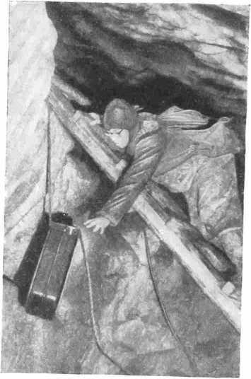 Рис. 4. Подъем снаряжения и канистры с водой в верхнюю галерею пещеры