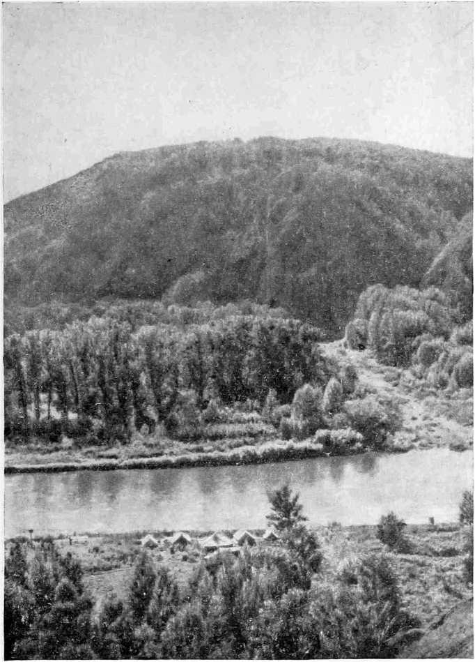 Рис. 1. Долина Белой и вид на лагерь экспедиции с утеса у Каповой пещеры