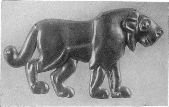28. Золотая штампованная бляшка из Майкопского кургана. Середина III тыс. до н. э.