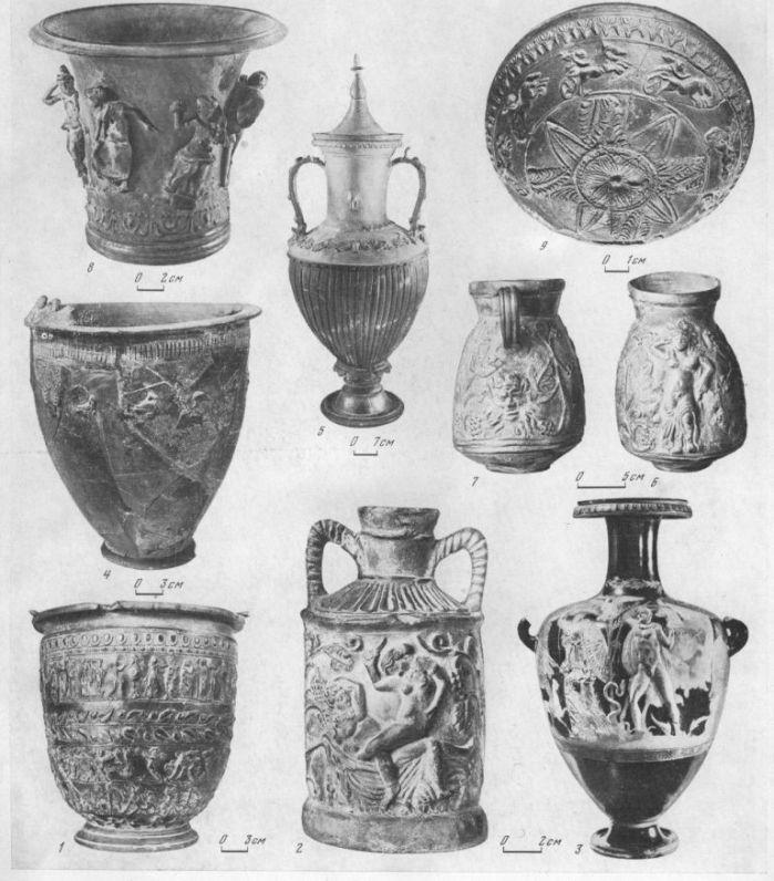 Таблица CXLV. Импортные вазы 1 — ситула чернолаковая с рельефным орнаментом, вторая половина III в. до н. э. (Ольвия); 2 — сосуд с изображением мифа о Дионисе (эллинистическая эпоха (Пантикапей); 3 — краснофигурная аттическая гидрия с накладными рельефными фигурками, IV в. до н. э. (Пантикапей); 4 — ситула чернолаковая, Аттика, вторая половина III в. до н. э. (Херсонес) ; 5 — полихромпая с рельефными украшениями амфо- ра из Александрии (Ольвия); 6 — кувшин краснолаковый с изображением Диониса среди виноградных лоз, эллинисти ческая эпоха (Пантикапей); 7 — то же, под ручкой маска силена; 8 — глазурованная кружка с комическим изображением суда Париса, I в. до н. э. (Ольвия); 9 — «мегарская чаша», эллинистическая эпоха (Нимфей). Составитель М. М. Кобылина