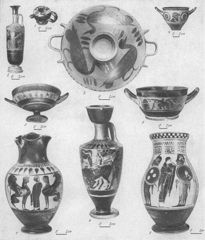 Таблица CXLII. Чернофигурная аттическая керамика  1 — гуттус, последняя четверть V в. до н. э.; 2 — лекиф, вторая четверть V в. до н. э.; 3 — лекана, V в. до н. э.; 4 — скифос, начало V в. до н. э.; 5 — килик, третья четверть VI в. до н. э.; 6 — килик, начало V в. до н. э.; 7 — ойнохоя, VI в. до н. э.; 8 — лекиф, конец VI в. до н. э.; 9 — кувшин, VI в. до н. э. 1 — Пантикапей; 2—4, 7—9 — Ольвия; 5 — Еерезань; в — Ти ритака. Составитель Е. Г. Кастанаян