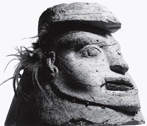 Рис. 10.1. Тлингитский резной деревянный ритуальный шлем из северо-западной части Тихого океана, «естественный» тип, классифицируемый таким образом, поскольку был найден в археологическом контексте. С точки зрения нашего культурного опыта этот артефакт явно должен быть классифицирован как шлем. Его размеры: высота — 23 сантиметра, ширина — 25 сантиметров