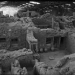 Рис. 12.1. Двухэтажные дома в Акротири на греческом острове Санторин в Эгейском море прекрасно сохранились под слоем пепла