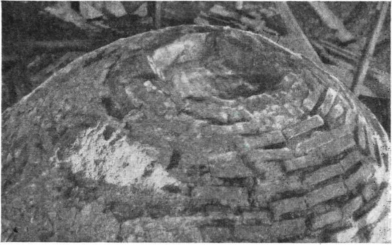 Рис. 11. Церковь Петра и Павла в Кожевниках 1406 г. Новгород. Верхняя часть купола.
