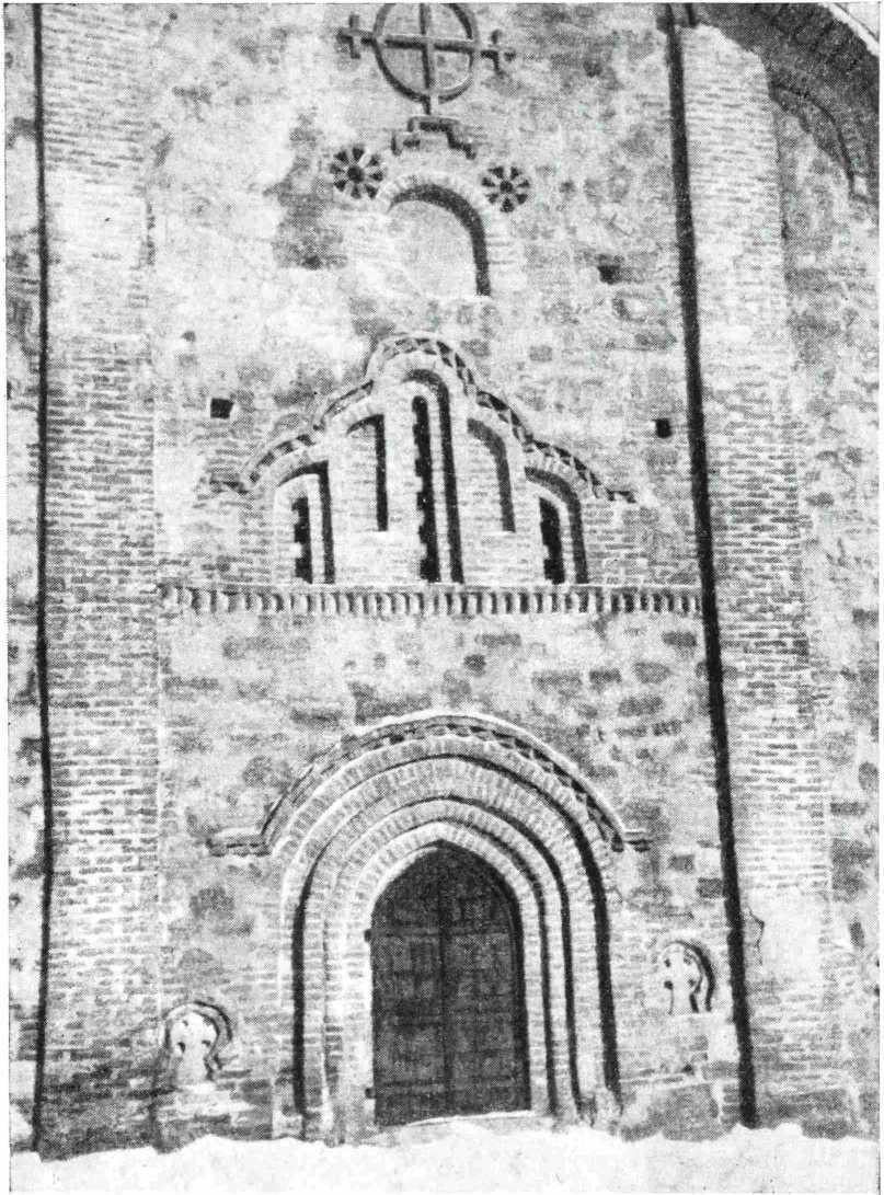 Рис. 7. Церковь Петра и Павла в Кожевниках 1406 г. Новгород. Центральная часть южной стены после реставрации