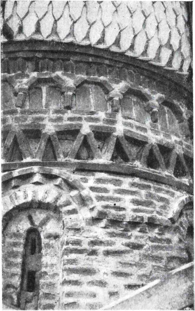 Рис. 9. Церковь Петра и Павла 1406 г. Новгород. Фрагмент барабана после реставрации
