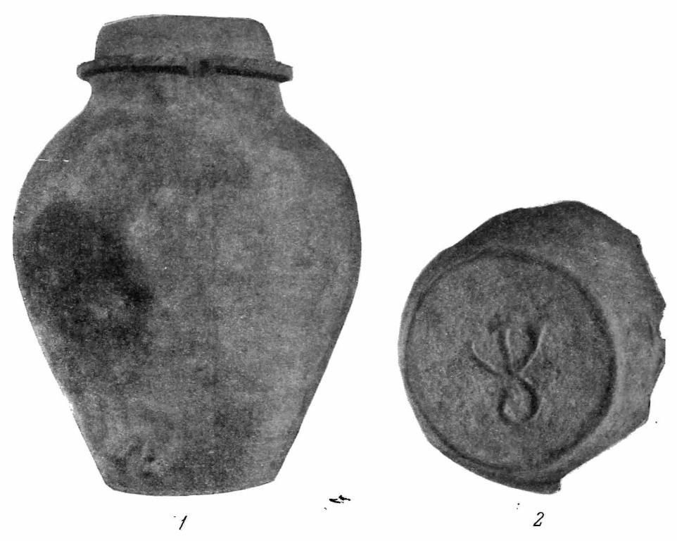 Рис. 11. Гончарные изделия из Колодяжина. 1 — сосуд; 2 — днище сосуда с клеймом