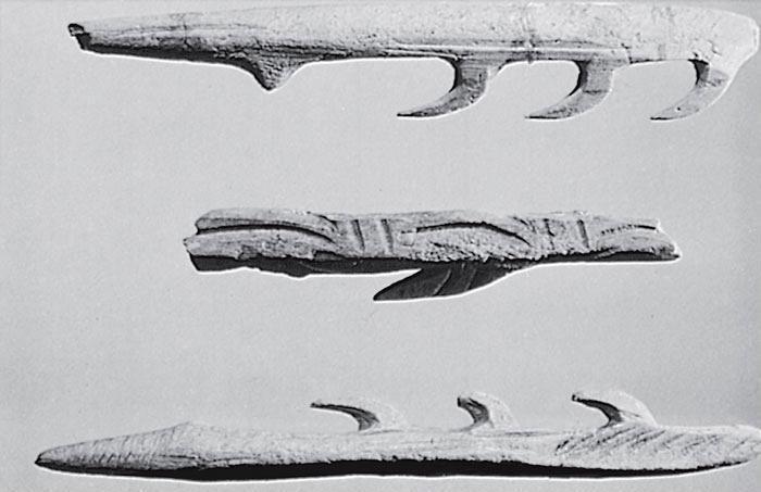 Рис. 11.15. Мадленские гарпуны из рога оленя возрастом приблизительно 15 000 лет (2/3 от реального размера). Фото Жана Верту, Британский музей
