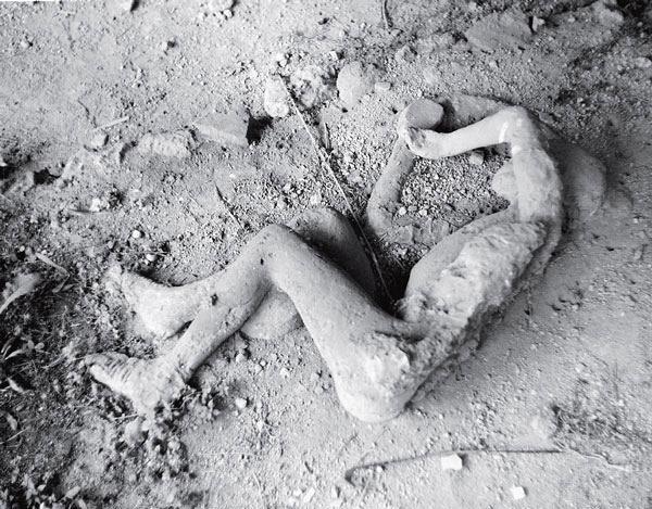 Рис. 2.1. Тело нищего, заваленного вулканическим пеплом у нусерийских ворот в Помпеях