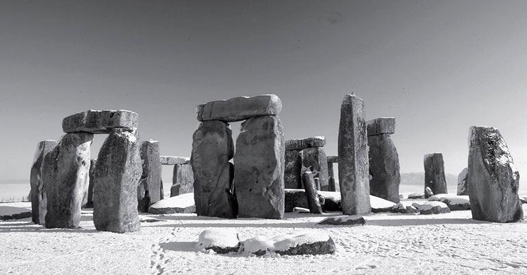 Рис. 2.2. Стоунхендж, на юге Англии, ритуальный центр, относящийся к бронзовому веку, давно вызывает интерес у любителей старины
