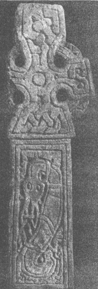 Рис. 121b. Крест из Мидлтона, Йоркшир Обратная сторона того же креста показывает типичную, грубую и схематичную, версию так называемого английского стиля Еллинг. Высота рисунка 70 см