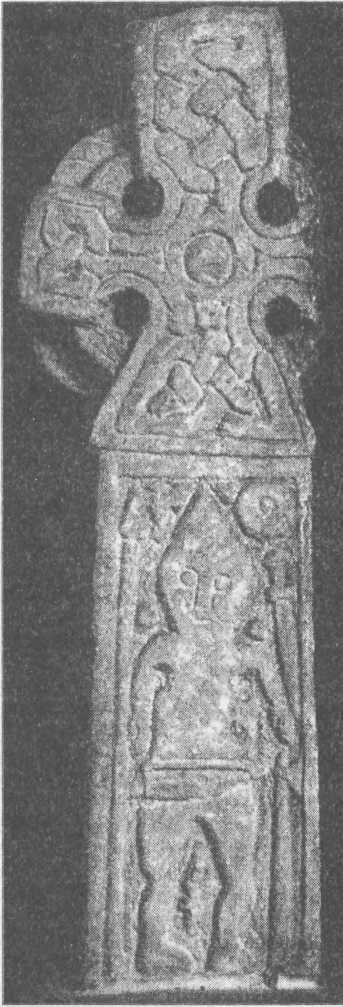 Рис. 121а. Крест из Мидлтона, Йоркшир Изображение на камне показывает характерное убранство языческого погребения викинга. Щит. меч и топор должны быть справа. Сакс или нож находятся на теле. Середина X в.