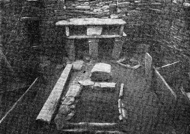 Внутренняя обстановка неолитического жилища в Скара Брей, Оркней¬ские острова. В центре открытый очаг и кухонный стол