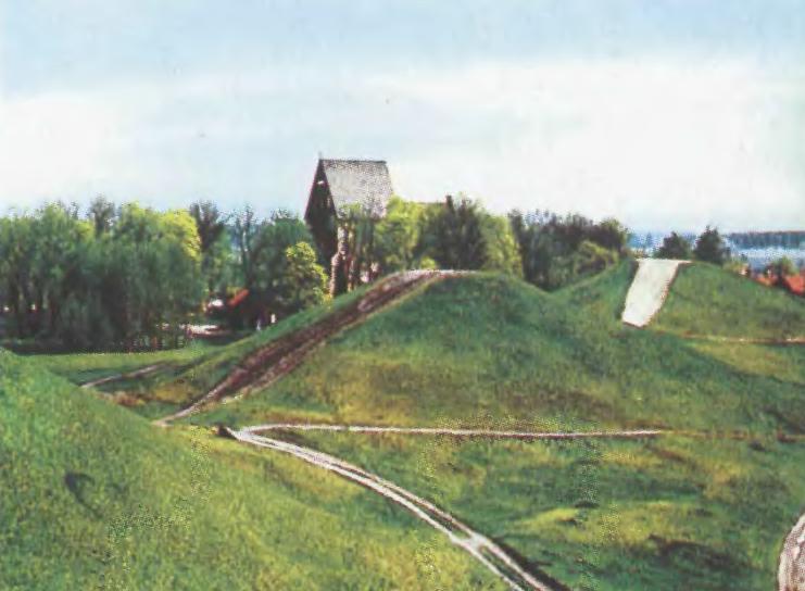 Курганы Старой Уппсалы, возможного места захоронения конунгов VI в. из рода Инглингов; на дальнем плане — церковь архиепископа Швеции, XII в.