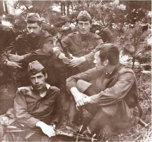 Н. А. Макаров с сокурсниками на военных сборах. Ковров, 1977 г.