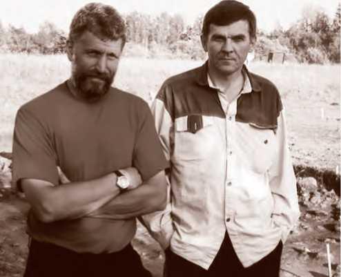 Н. А. Макаров и П. Г. Гайдуков на раскопках в Минино. 2002 г.