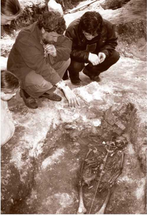 Н. А. Макаров знакомит сотрудников Кирилло-Белозерского музея-заповедника с ходом раскопок могильника Минино-2. 2000 г.