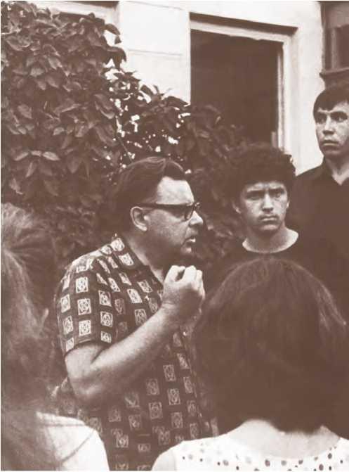 Н. А. Макаров среди студентов, слушающих рассказ В. Л. Янина. Новгород, 1972 г.