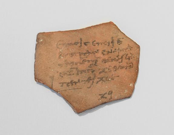 Древнеегипетская квитанция об уплате налогов, выписанная на куске керамики.