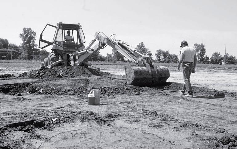 Рис. 9.9. Экскаватор снимает стерильный балласт на памятнике Лоэманн в штате Иллинойс. После механических работ следует ручная зачистка