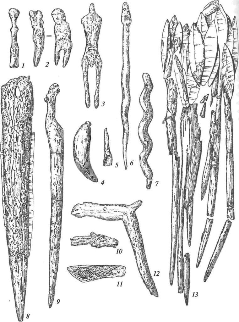 Изделия из Оленеостровского могильника: 1-3 — фигурки человека (дерево); 4, 5 — подвески из зубов животных; 6, 7 — изображения змей (дерево); 8 — наконечник копья с лезвиями-вкладышами; 9 — изделие с навершием в виде головы лося (дерево); 10, 12 — навершия в виде головы лося (дерево); 11 — орнаментированная кость; 13 — стрелы