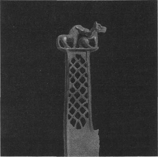 112. Бронзовый нож с фигурками лошадей. Сейминский могильник.