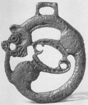 135. Бронзовая бляха со свернувшимся зверем. Сыр-Дарья, Уйгарак, курган №33.