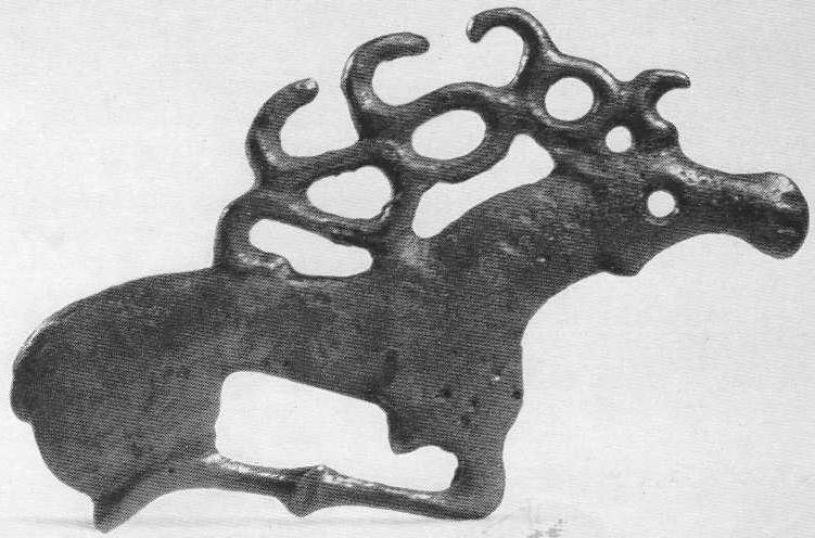 140. Бронзовая бляшка — лежащий олень со сливающимися в прямую полоску ногами. Минусинская степь.