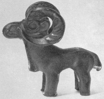 147. Бронзовая статуэтка — баран с тяжёлыми рогами. Минусинская степь.