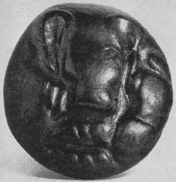 156. Бронзовая бляха с горельефной головкой медведя. Иволгинский могильник.