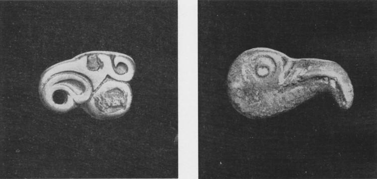 172. a, б. Бронзовые бляшки — головы птиц. Ордос.