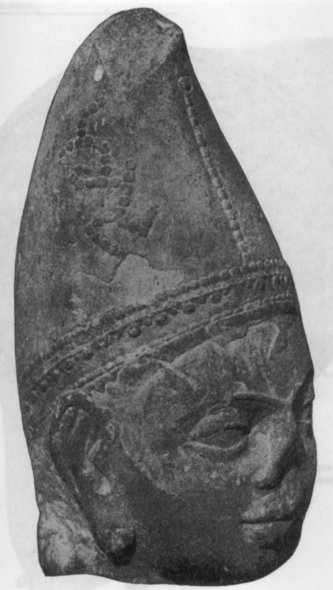 111.Скульптурная голова из кушанского святилища в Мате с монограммой брахми, раскрываемой как nayasa (высота 37,5 см)