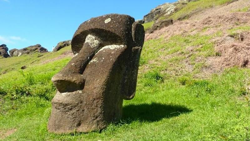 Монументальные человеческие фигуры - моаи - были вырезаны из камня в 1250-1500 гг. жителями острова Пасха, который расположен в 2000 миль от побережья Чили.